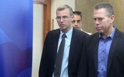 Le ministre de la Sécurité publique Gilad Erdan, à droite, et le ministre du Tourisme ,  Yariv Levin à leur arrivée à la réunion hebdomadaire de cabinet à Jérusalem, le 26 mai 2015 (Crédit : Marc Israel Sellem/Pool/Flash90)