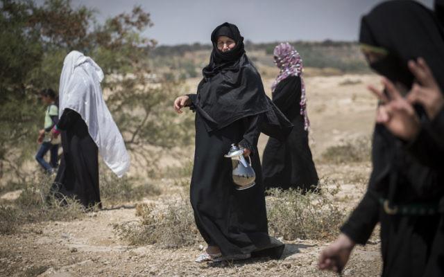 Des habitantes du village bédouin d'Umm al-Hiran rentrent chez elle après une manifestation contre un projet de nouvelle ville juive, le 27 août 2015. (Crédit : Hadas Parush/Flash90)