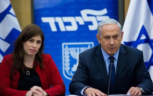Le Premier ministre Benjamin Netanyahu, à droite, et la vice-ministre des Affaires étrangères, Tzipi Hotovely, assistant à une réunion de la faction du Likud à la Knesset, le 21 décembre 2015 (Crédit : Yonatan Sindel / Flash90)