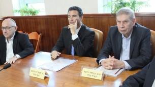 Yaakov Nagel, conseiller à la sécurité nationale, à gauche, Yossi Cohen, directeur du Mossad, au centre, et Tamir Pardo, ancien directeur du Mossad, pendant une réunion du cabinet dans les bureaux du Premier ministre, à Jérusalem, le 10 janvier 2016. (Crédit : Alex Kolomoisky/Pool)