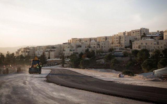 Coucher de soleil sur des travaux de construction dans le quartier juif de Ramat Shlomo, à Jérusalem-Est, le 21 novembre 2016. (Crédit : Sebi Berens/Flash90)