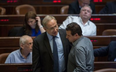 Le Premier ministre Benjamin Netanyahu, à gauche, et le dirigeant de la Liste arabe unie Ayman Odeh pendant un vote préliminaire de la loi de Régulation à la Knesset, le 7 décembre 2016. (crédit : Hadas Parush/Flash90)