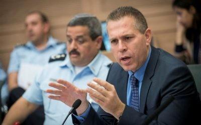 Gilad Erdan, ministre de la Sécurité intérieure, et Roni Alsheich, à gauche, à la Knesset, le 12 décembre 2016. (Crédit : Yonatan Sindel/Flash90)