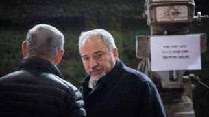 Le ministre de la Défense Avigdor Liberman et le Premier ministre Benjamin Netanyahu, de dos, pendant la visite de la division de Cisjordanie de l'armée israélienne, près de l'implantation de Beit El, le 10 janvier 2017. (Crédit : Hadas Parush/Flash90)