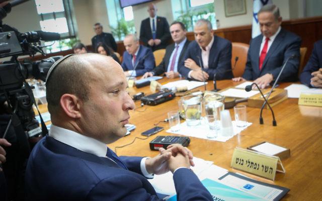 Naftali Bennett, ministre de l'Education, pendant la réunion hebdomadaire du cabinet dans les bureaux du Premier ministre à Jérusalem, le 22 janvier 2017. (Crédit : Alex Kolomoisky/Pool)