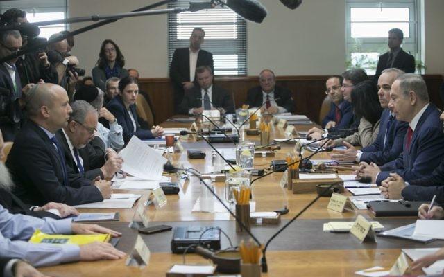 Le Premier ministre Benjamin Netanyahu pendant la réunion hebdomadaire du cabinet dans ses bureaux, à Jérusalem, le 29 janvier 2017. (Crédit : Ohad Zwigenberg/Pool)