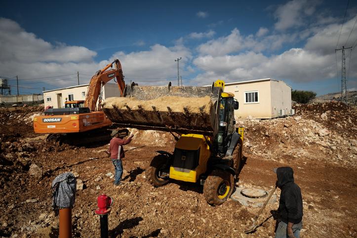 Les employés en bâtiment défrichant des terrains pour de nouvelles caravanes dans l'implantation juive d'Ofra, en Cisjordanie, le 29 janvier 2017. (Crédit : Yaniv Nadav/Flash90)