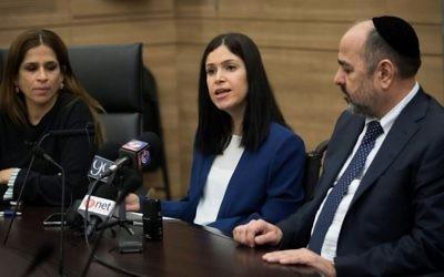 Les députés Karin Elharar, au centre,  Merav Ben Ari, à gauche et Yaakov Margi pendant une conférence de presse portant sur la décision de la publication du rapport du contrôleur de l'Etat sur Bordure protectrice, à la Knesset, le 29 janvier 2017. (Crédit : Yonatan Sindel/Flash90)