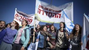 Des Israéliens de Cisjordanie manifestent contre le démantèlement prévu de l'avant-poste d'Amona, devant le parlement israélien, le 30 janvier 2017. (Crédit : Hadas Parush/Flash90)