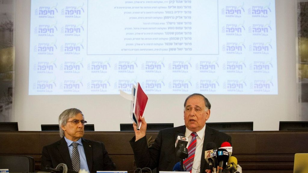 Yona Yahav, le maire de Haïfa, et le professeur Ehud Keinan, pendant une conférence de presse à la mairie de la ville après la publication d'un rapport sur les dangers posés par un réservoir d'ammoniac, le 31 janvier 2017. (Crédit : Flash90)