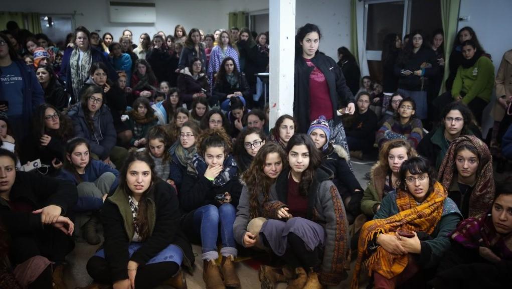 Jeunes de l'avant-poste d'Amona, le 31 janvier 2017. (Crédit : Hadas Parush/Flash90)