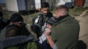 Evacuation de la synagogue de l'avant-poste d'Amona, en Cisjordanie, par la police israélienne, le 2 février 2017. (Crédit : Yonatan Sindel/Flash90)