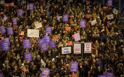 Des milliers de Juifs et d'Arabes manifestant contre le traitement réservé à la minorité arabe par le gouvernement israélien, à Tel Aviv, le 4 février 2017. (Crédit : Miriam Alster/Flash90)