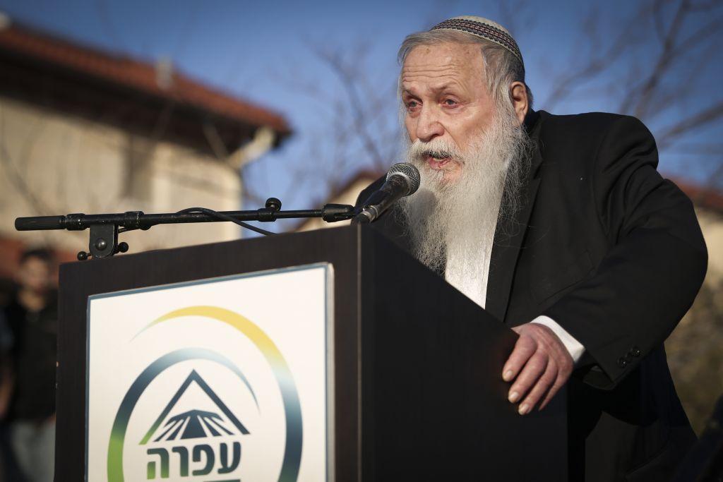 Le rabbin Haim Drukman pendant une manifestation contre la démolition de neuf maisons dans l'implantation d'Ofra, en Cisjordanie, le 5 février 2017. (Crédit : Noam Revkin Fenton/Flash90)