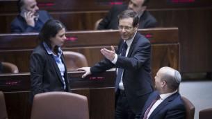 Naftali Bennett, ministre de l'Education et président de HaBayit HaYehudi, à droite, la ministre de la Justice Ayelet Shaked, à gauche, et le chef de l'opposition, Isaac Herzog, au centre, juste avant le vote de la loi de Régulation à la Knesset, le 6 février 2017. (Crédit : Yonatan Sindel/Flash90)
