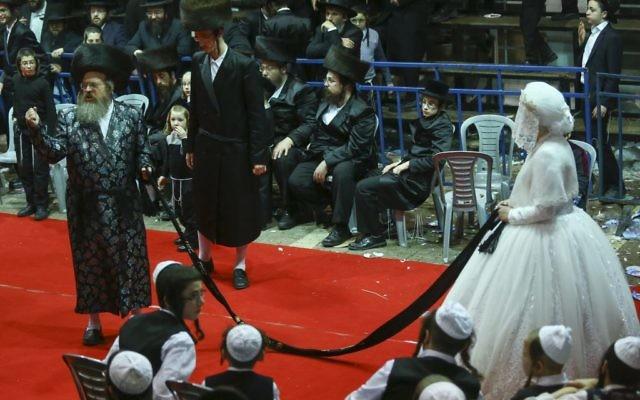 Des Juifs ultra-orthodoxes dansent la Mitzvah traditionnelle durant le mariage du petit-fils du rabbin de Toldos Avrohom Yitzchok avec la fille du rabbin  de  Beregsaz à Beit Shemesh le 7 février 2017 (Crédit :  Shlomi Cohen/Flash90)