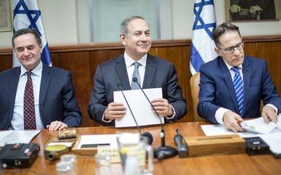 Le Premier ministre Benjamin Netanyahu, au centre, pendant la réunion hebdomadaire du cabinet dans ses bureaux à Jérusalem, le 12 février 2017. (Crédit : Emil Salman/Pool)