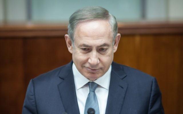 Le Premier ministre Benjamin Netanyahu pendant la réunion hebdomadaire du cabinet dans ses bureaux à Jérusalem, le 12 février 2017. (Crédit : Emil Salman/Pool/Flash90)