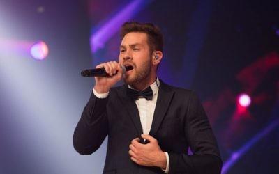 """Imri Ziv représentera Israël à l'Eurovision 2017, après avoir remporté l'émission """"Une star est née"""", le 13 février 2017. (Crédit : Yonatan Sindel/Flash90)"""