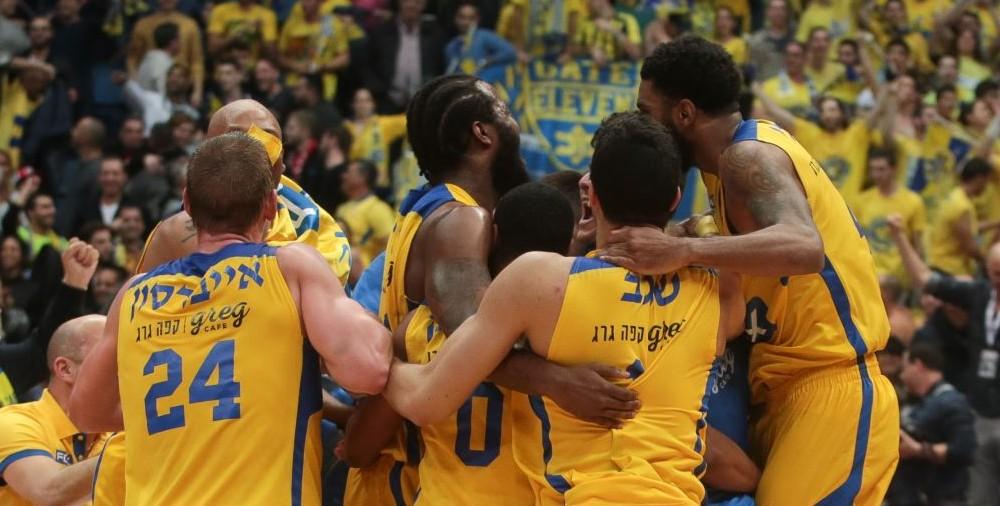 L'équipe de basket-ball Maccabi Tel Aviv célèbre sa victoire contre Hapoel Jérusalem, à Jérusalem, le 17 février 2017 (Crédit : Flash90)
