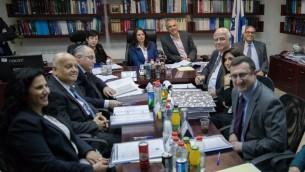 Ayelet Shaked, ministre de la Justice, au centre, entourée de Miriam Naor, présidente de la Cour suprême et de Moshe Kahlon, ministre des Finances, pendant la réunion de la commission de nomination judiciaire au ministère, à Jérusalem, le 22 février 2017. (Crédit : Yonatan Sindel/Flash90)