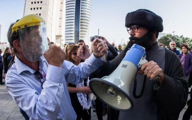 Manifestation devant la cour du district de Haïfa pour la fermeture du réservoir d'ammoniac de la ville, le 26 février 2017. (Crédit : Meir Vaaknin/Flash90)