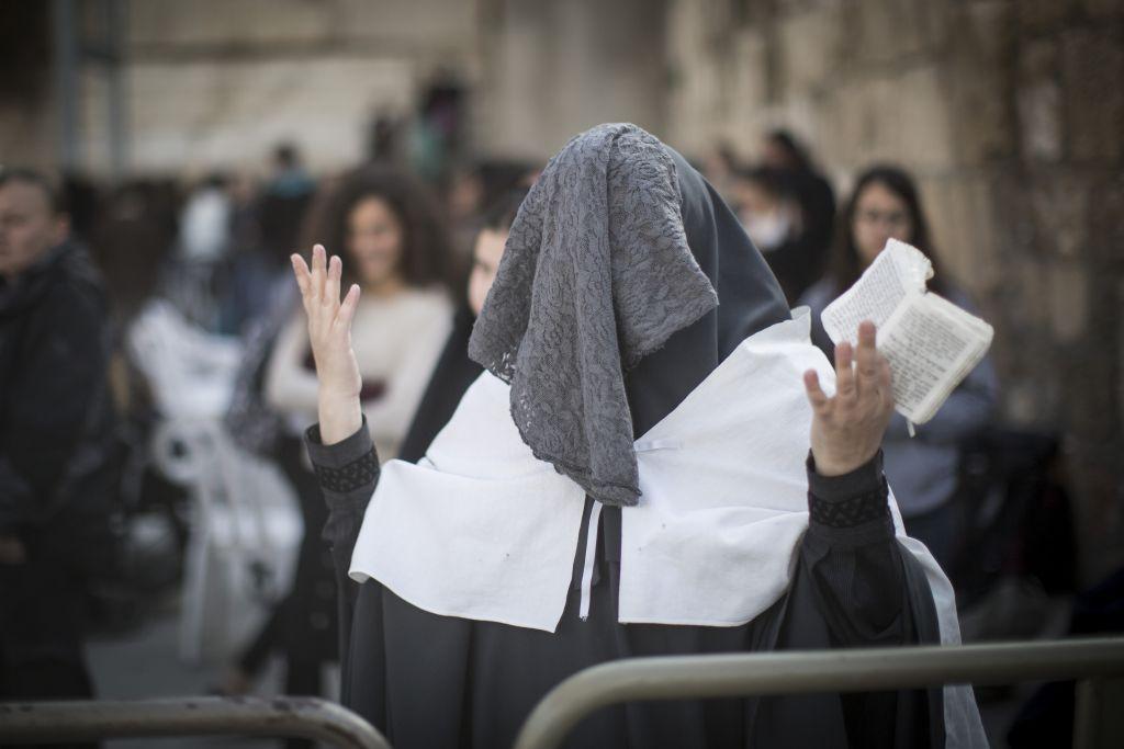 Une femme ultra-orthodoxe manifeste contre les prières des Femmes du mur au mur Occidental de la Vieille Ville de Jérusalem, le 27 février 2017. (Crédit : Hadas Parush/Flash90)