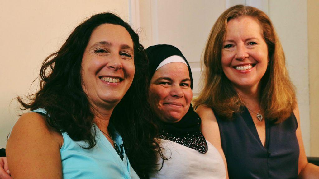 Melina Macall (à gauche), Maryam Al Radi, et Kate McCaffrey. (Crédit : Molly Tavoletti)