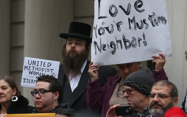 Alexander Rapaport, derrière à gauche, lors d'une manifestation à la mairie de New York après que le candidat à la présidentielle Donald Trump a appelé à interdire d'entrée des Musulmans aux Etats Unis, le 9 décembre 2015 (Crédit : Cem Ozdel/Anadolu Agency/Getty Images)