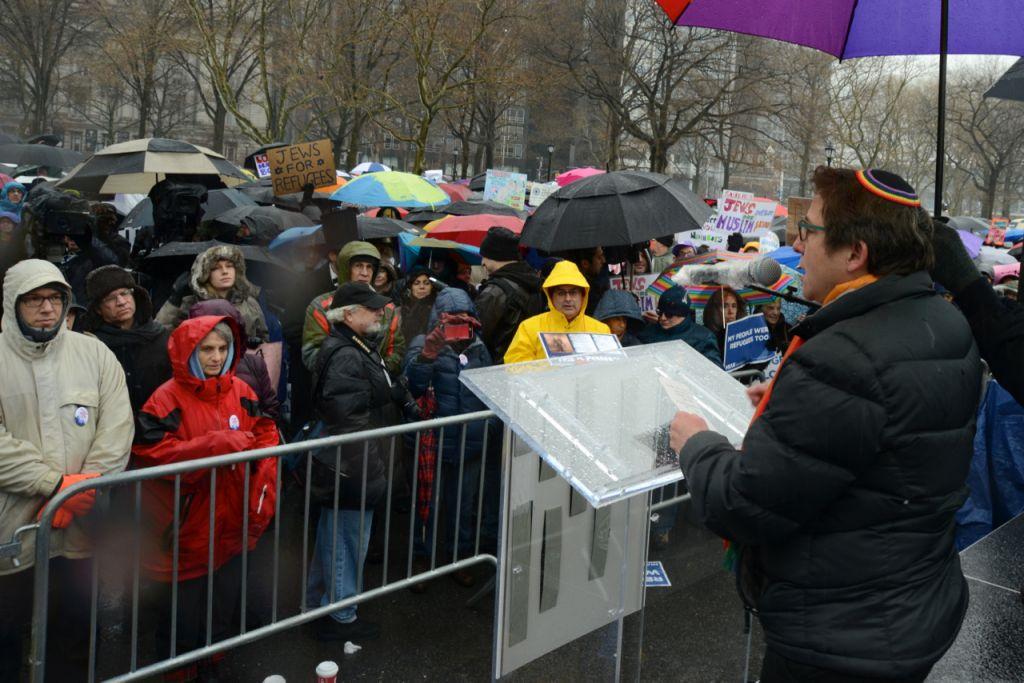 Le rabbin Sharon Kleinbaum, grand-rabbin de la Congregation Beit Simchat Torah in New York, face aux centaines de participants du Jewish Rally for Refugees à Battery Park, New York, le 12 février 2017. (Crédit : HIAS)