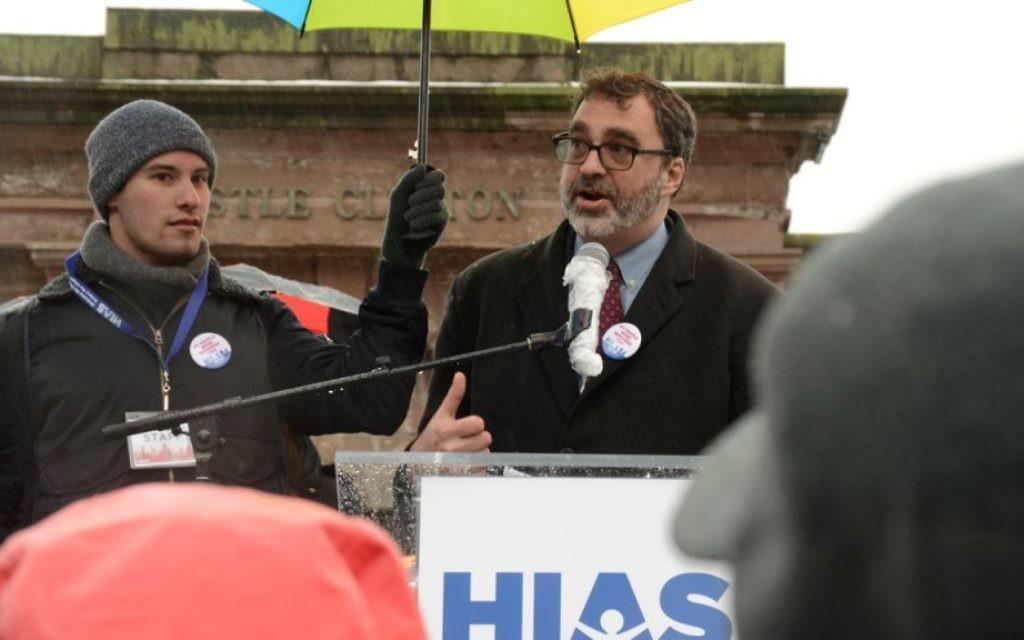 Mark HAtfield, président et directeur de l'HIAS, accueille les participants au  au  Jewish Rally for Refugees à Battery Park, New York, le 12 février  2017. (Crédit : HIAS)