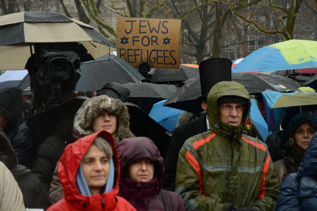La foule brave le froid et la pluie au Jewish Rally for Refugees à Battery Park, New York, le 12 février 2017. (Crédit : HIAS)