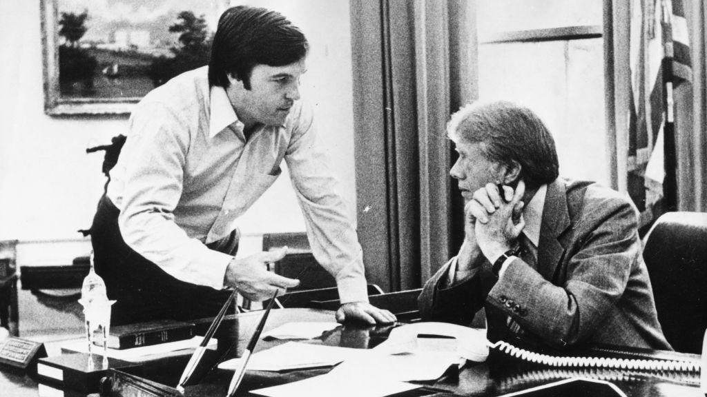 Hamilton Jordan, à gauche, qui était alors chef de cabinet de la maison blanche, discute avec le président Jimmy Carter à la maison blanche le 19 juillet 1979 (Crédit : Keystone/Hulton Archive/Getty Images/via JTA)