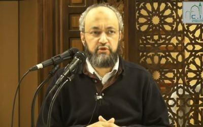 Hani Ramadan lors d'une conférence à la mosquée de Villeneuve d'Asq (Crédit : capture d'écran/Youtube)