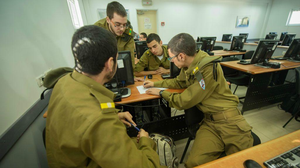 Les cadets du cours de programmation C4I de l'armée israélienne. Seul un tiers d'entre eux sont des femmes. (Crédit : armée israélienne)