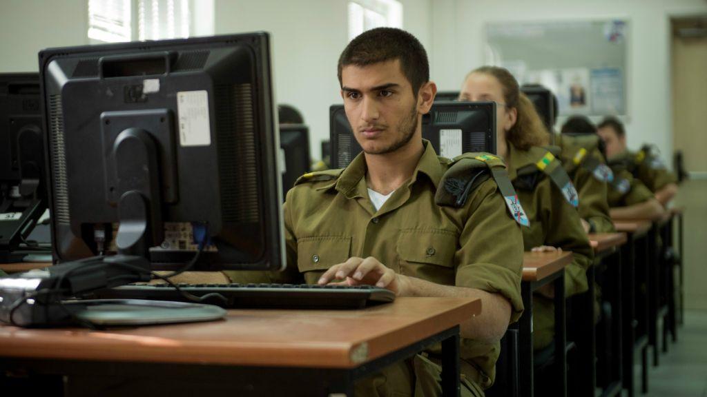 Les cadets du cours de programmation C4I de l'armée israélienne. Les recruteurs cherchent des personnes logiques, dont la pensée dépasse les schémas habituels. (Crédit : armée israélienne)