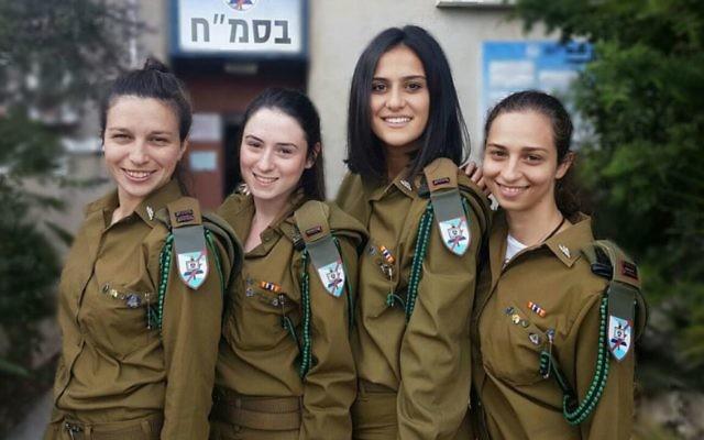 Les commandantes du cours de programmation C4I de l'armée israélienne : (de gauche à droite) le lieutenant Rotem Falach, le lieutenant Noi Shaki, le lieutenant Savyon Levy, le lieutenant Lior Dariel. (Crédit : armée israélienne)