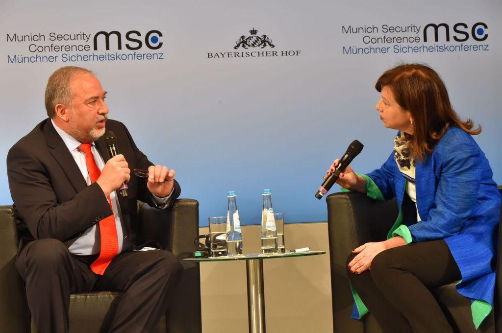 Le ministre de la Défense Avigdor Liberman et la journaliste de la BBC Lyse Doucet pendant la Conférence sur la sécurité de Munich, le 19 février 2017. (Crédit : Ariel Hermoni/ministère de la Défense)