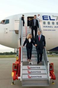 Le Premier ministre Benjamin Netanyahu et son épouse Sara à leur arrivée en Australie pour une visite officielle de quatre jours, le 21 février 2017. (Crédit :Haim Tzach/GPO)