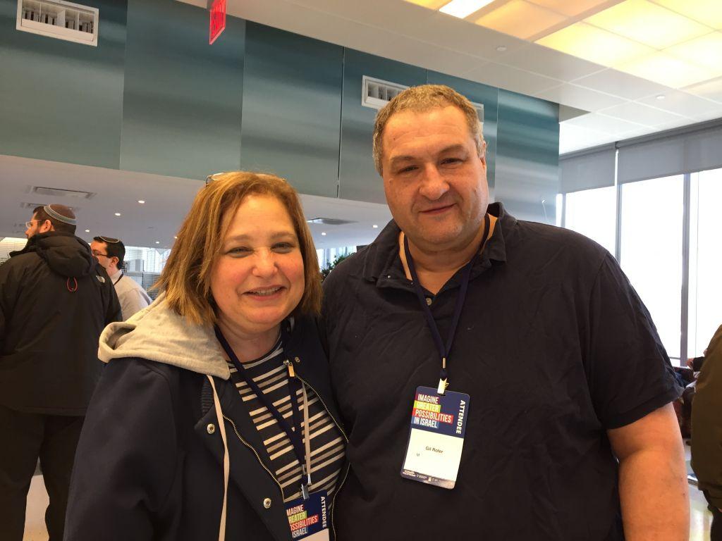 Cindy et Gil Roter sont des partisans du président américain Donald Trump, qu'ils considèrent comme le seul candidat pro-israélien (Crédit : Amanda Borschel-Dan/Times of Israel)