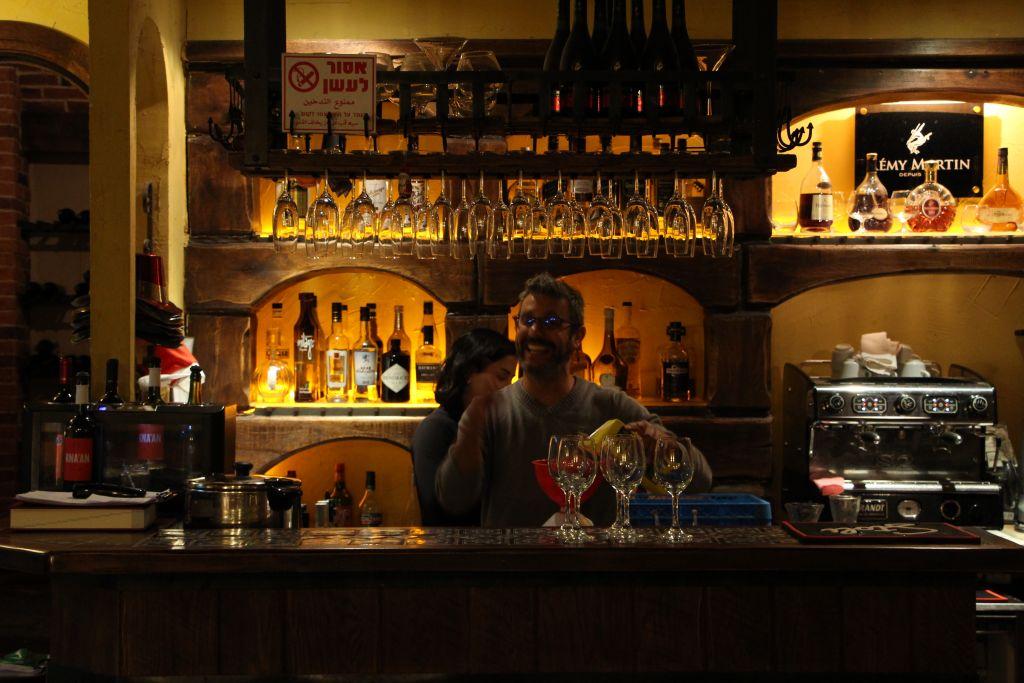 Le bar du Venya Bistro, l'un de nouveaux établissements de la scène du centre-ville de Haïfa (Autorisation : Avi Shumacher)