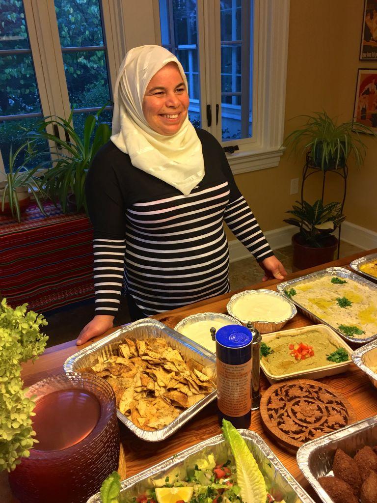 Maryam Al Radi présente les plats qu'elle a préparés dans le cadre du club de restauration syrien à Maplewood, dans le New Jersey, en octobre 2016 (Autorisation)