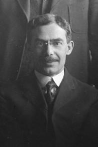 Isidore 'Ike' Bayles, membre du conseil municipal d'Anchorage et frère de Sam Bayles, qui a amené le premier rouleau de Torah en Alaska. (Crédit : AJM)