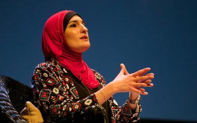 Linda Sarsour pendant un débat sur l'islamophobie à Louisville, dans le Kentucky, en mai 2016. (Crédit : Festival of Faiths from Louisville/CC BY 2.0/WikiCommons)