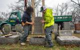 Remise en place des pierres tombales renversées au cimetière juif Chesed Shel Emeth de University City, près de St. Louis, dans le Missouri, le 21 février 2017. (Crédit : James Griesedieck via JTA)