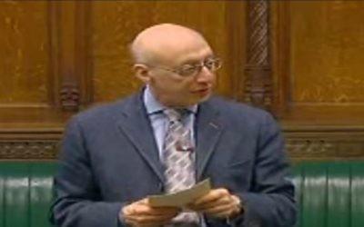 Gerald Kaufman, député britannique, à la tribune du Parlement en 2009. (Crédit : capture d'écran YouTube)