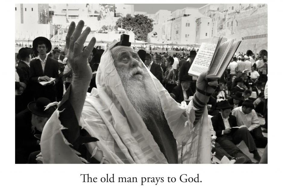 Un homme prie sur l'une des images de 'L'Chaim!' (Crédit : Rainbow Ridge Books/via JTA)