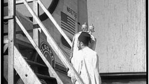 Un juif yéménite embarque avec un rouleau de la Torah durant l'opération Tapis volant. (Crédit : JDC)