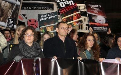 De gauche à droite : les députés  Yael Cohen Paran et Dov Khenin, et Ori Shavit pendant une manifestation pour le droit des animaux, à Tel Aviv, le 28 janvier 2017. (Crédit : Or Keren)