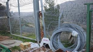 Il reste encore des rouleaux entiers de fil de fer barbelé qui avaient été utilisés pour renforcer la barrière de sécurité à proximité du jardin d'enfants de l'implantation Beit Horon, près de Jérusalem, où Shlomit Krigman avait été poignardée à mort un an auparavant. Photo prise le 12 février 2017 (Crédit : Judah Ari Gross/Times of Israel)